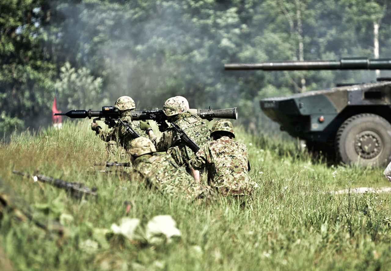 画像: 対機甲戦闘を実施する隊員