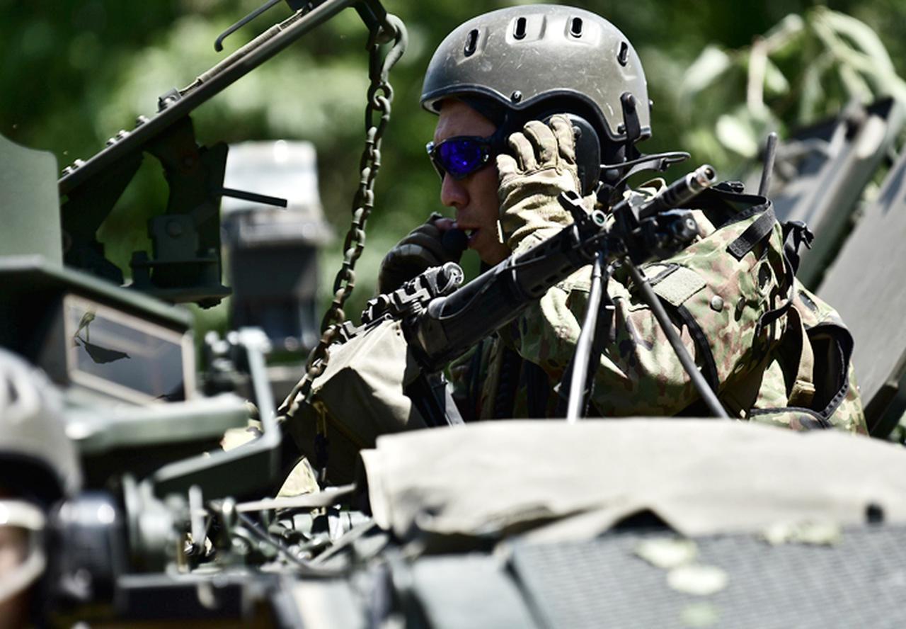 画像: 状況を報告する小隊長