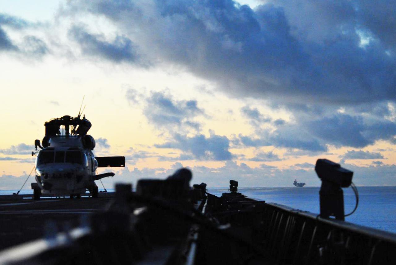 画像: 手前「いせ」、奥「クイーン・エリザベス」 海上幕僚監部プレスリリースより