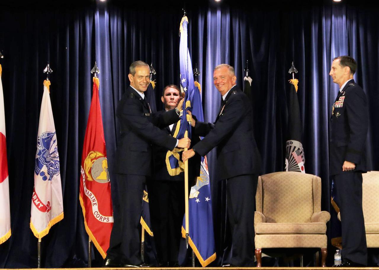 画像: 在日米軍司令官旗と第5空軍司令官旗を授与されたラップ中将(中央) 航空自衛隊ツイッターより twitter.com