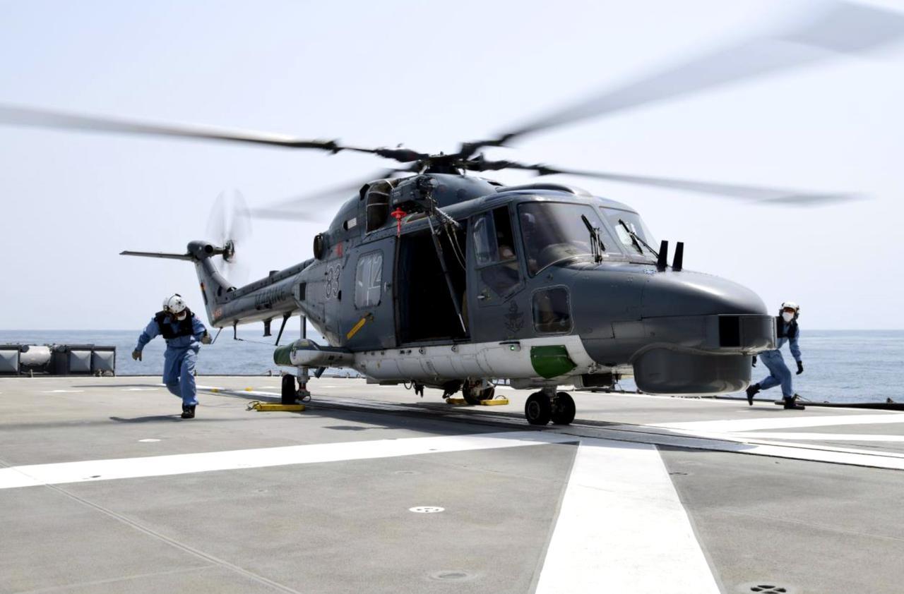 画像: 「ゆうぎり」に着艦する独フリゲート「バイエルン」搭載ヘリコプターの様子 統合幕僚監部 報道発表資料より