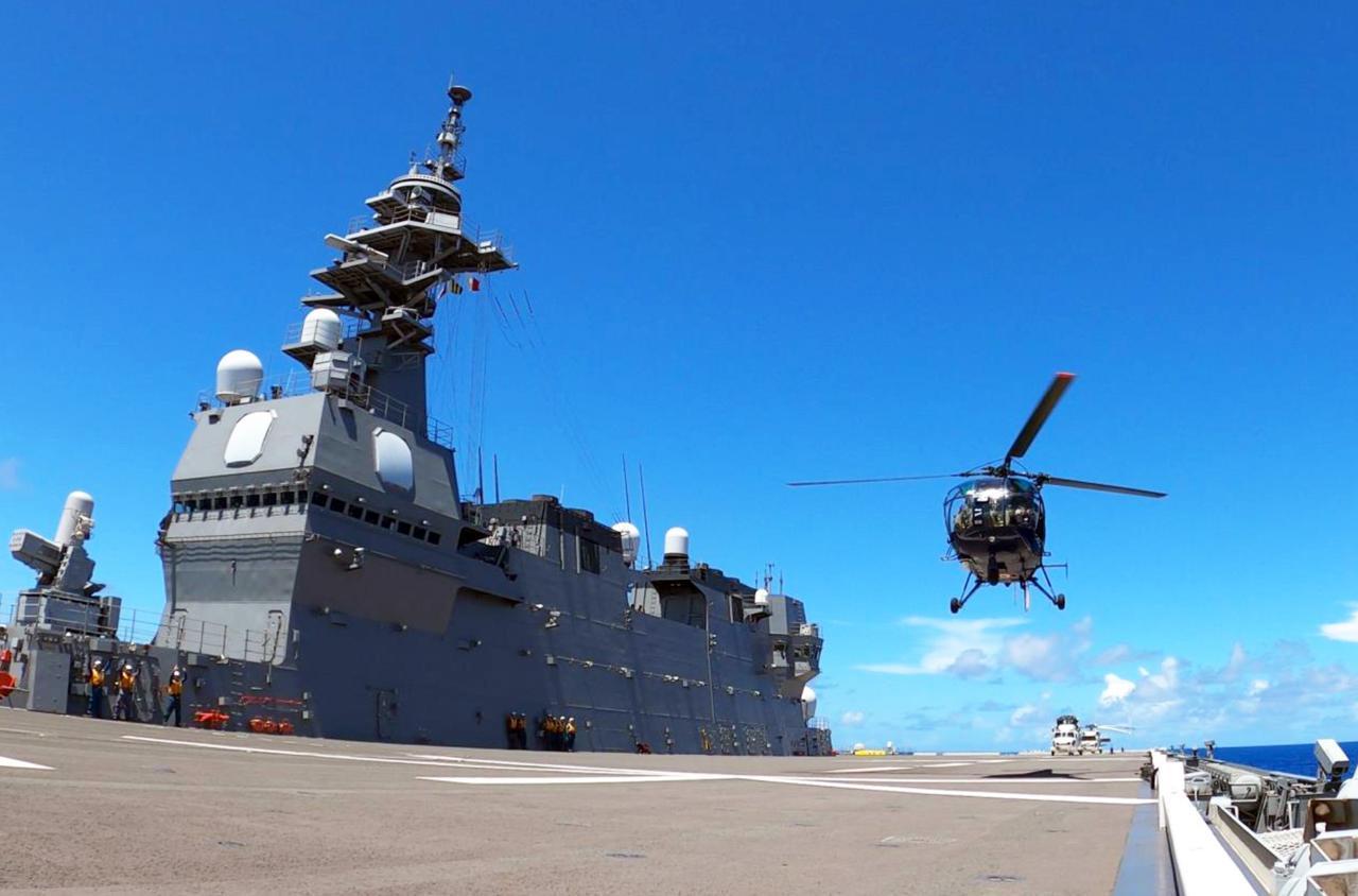 画像: 護衛艦「かが 」に着艦するインド海軍 艦艇搭載機 海上幕僚監部プレスリリースより