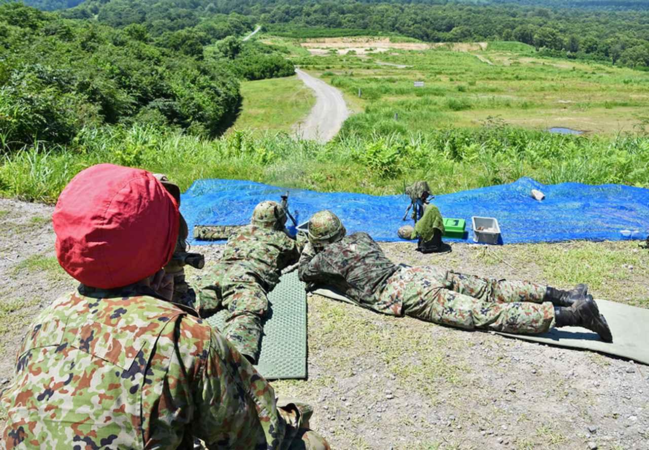 画像: 射手と観測手が連携し正確な射撃が実施できる