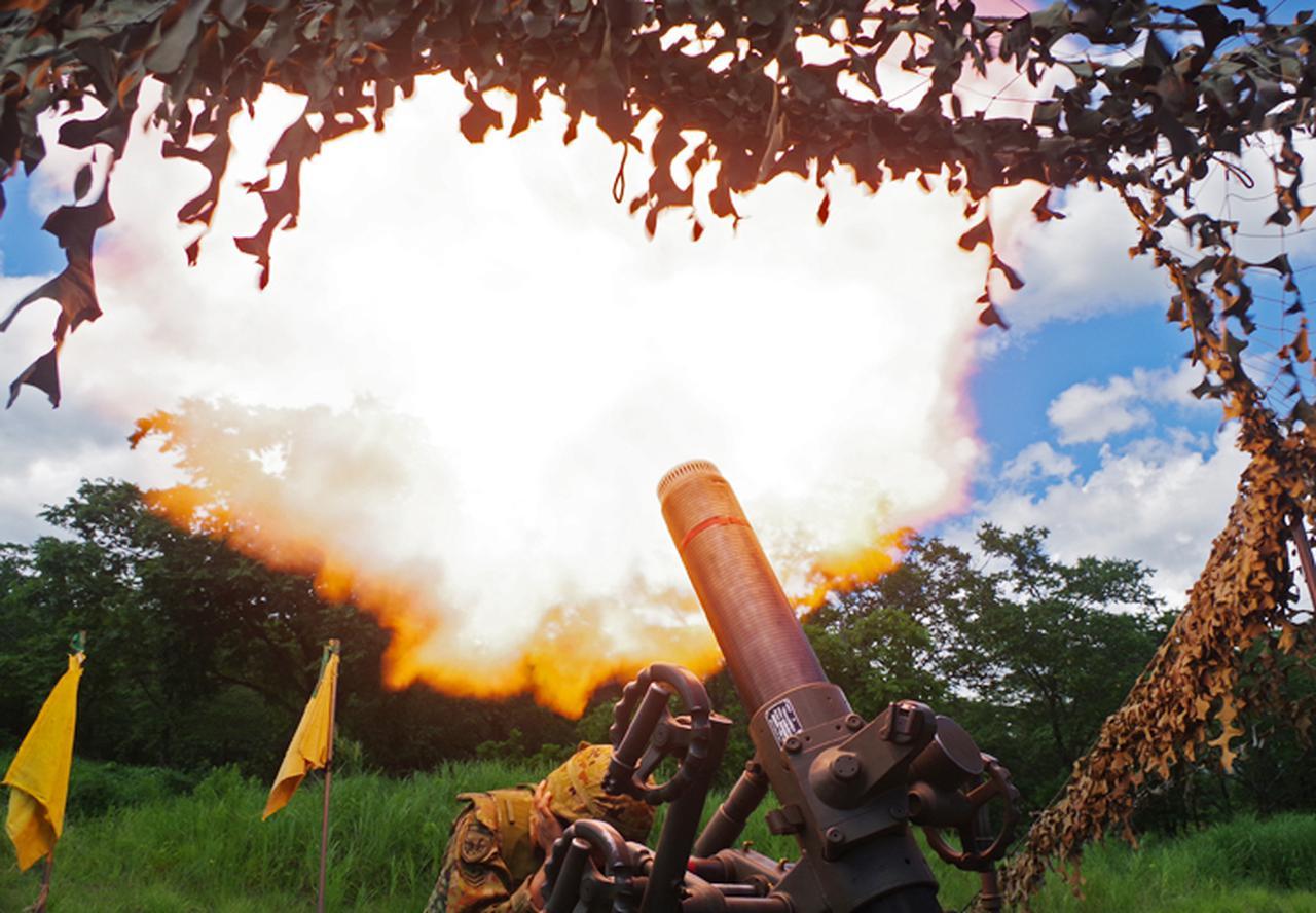 画像: 火を噴く120ミリ迫撃砲