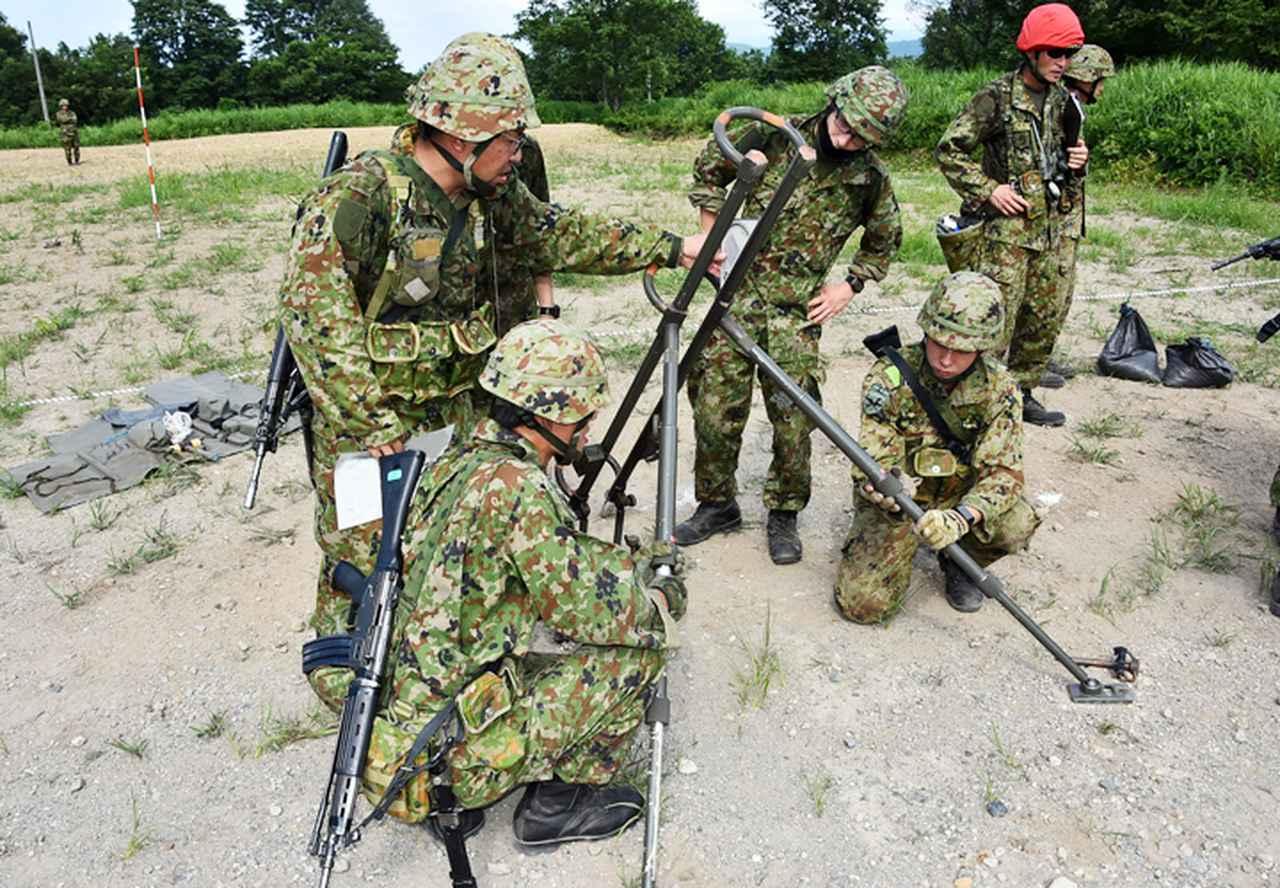 画像: 分隊員と連携し70式地雷原爆破装置投射の準備を実施した
