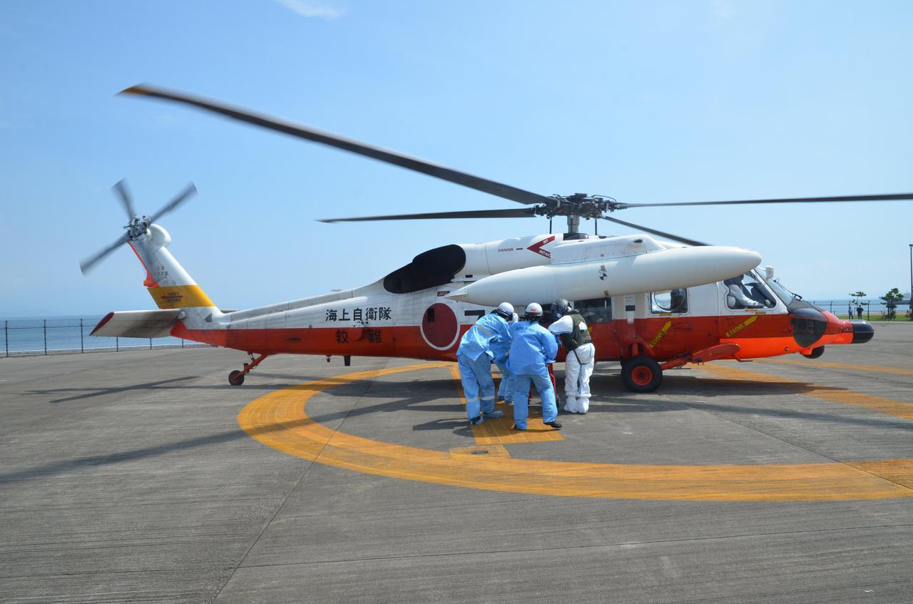 画像: 救難ヘリによる新型コロナ急患空輸の様子 統合幕僚監部ツイッターより twitter.com