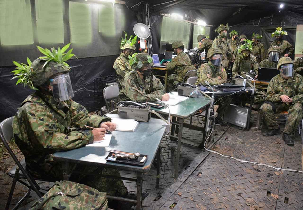 画像: 作戦会議中の連隊本部