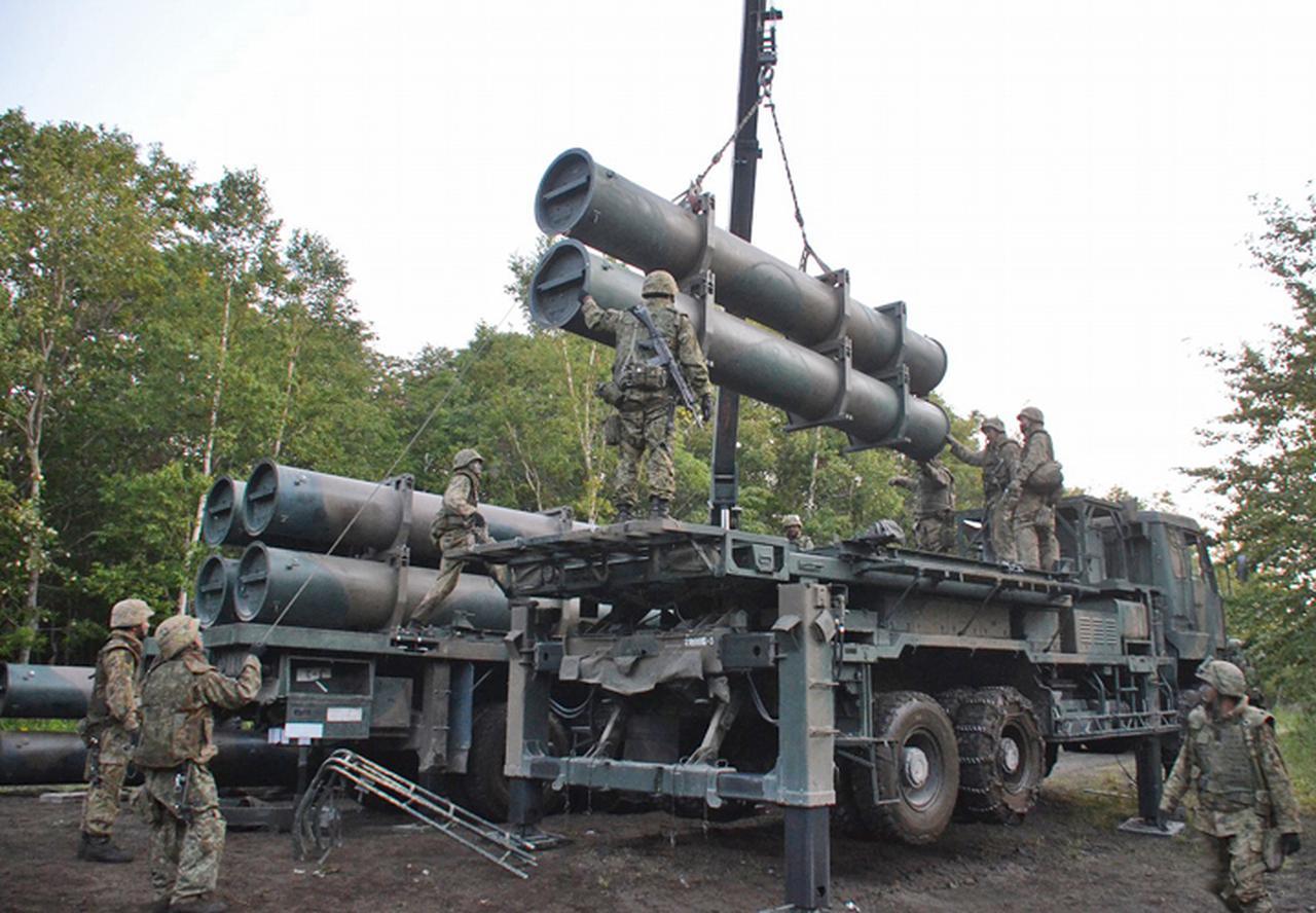 画像: 装填機から発射機へ再搭載を実施する射撃班及び弾薬組