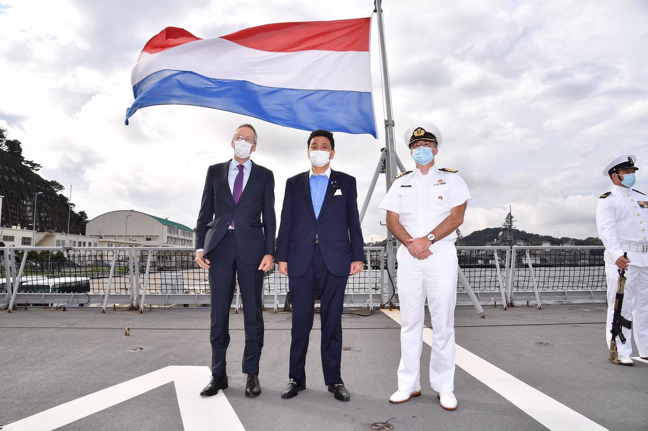 画像2: 岸大臣、山崎統幕長、山村海幕長が英空母を視察