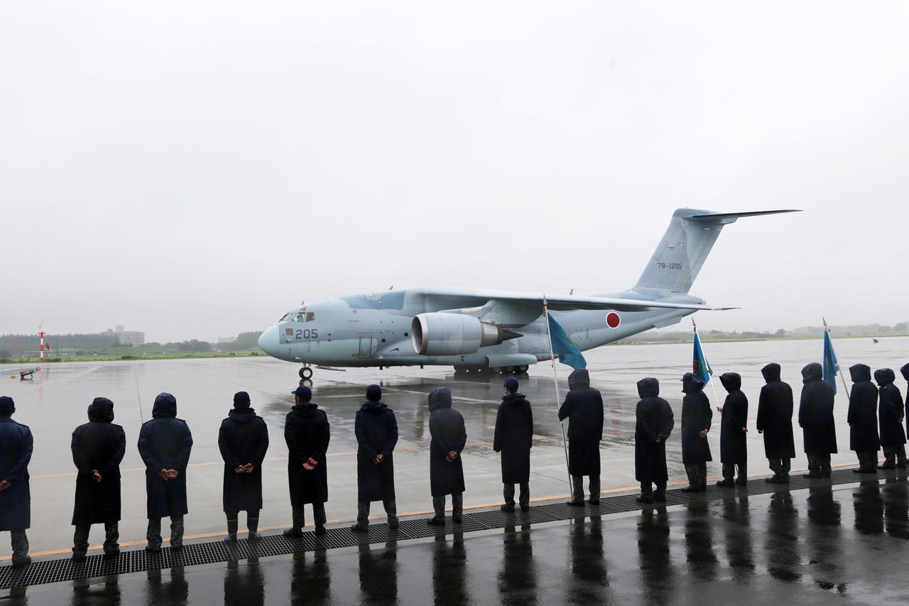 画像: 帰国したC2を出迎える空自隊員