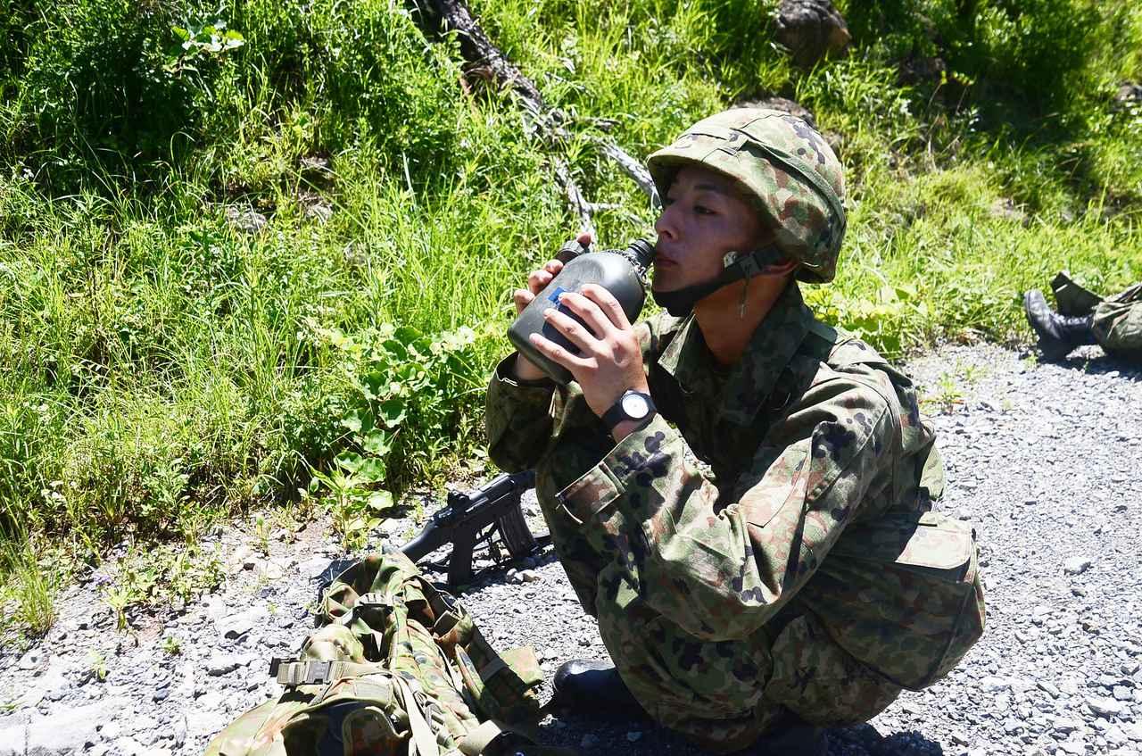 画像: 教育訓練中の水分補給の様子(陸上自衛隊大村駐屯地ツイッターより)