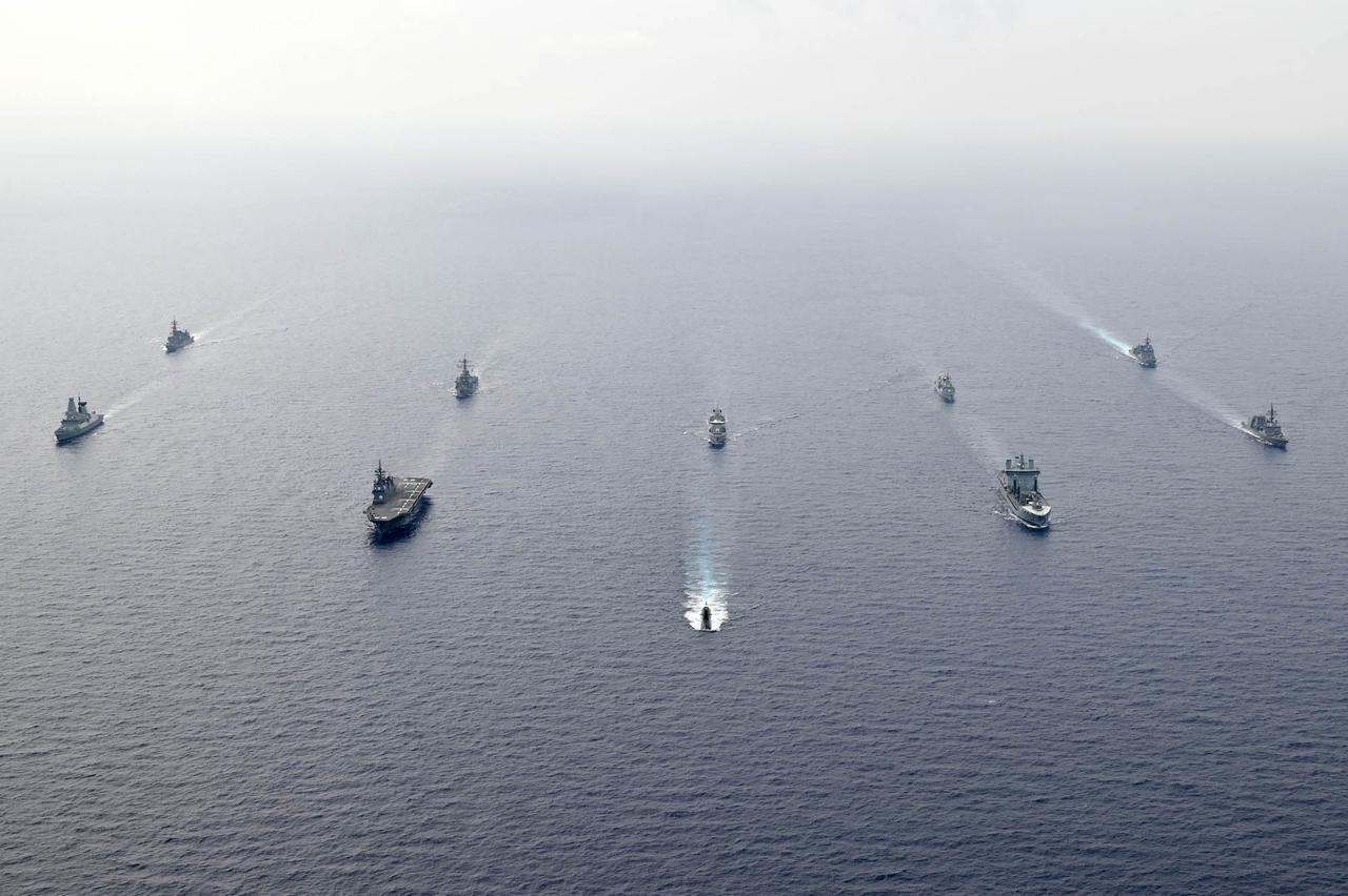 画像: 写真は2~7日に実施された「PACIFIC CROWN(パシフィック・クラウン)21-3」の様子 先頭が海上自衛隊の潜水艦 海上自衛隊ツイッターより twitter.com