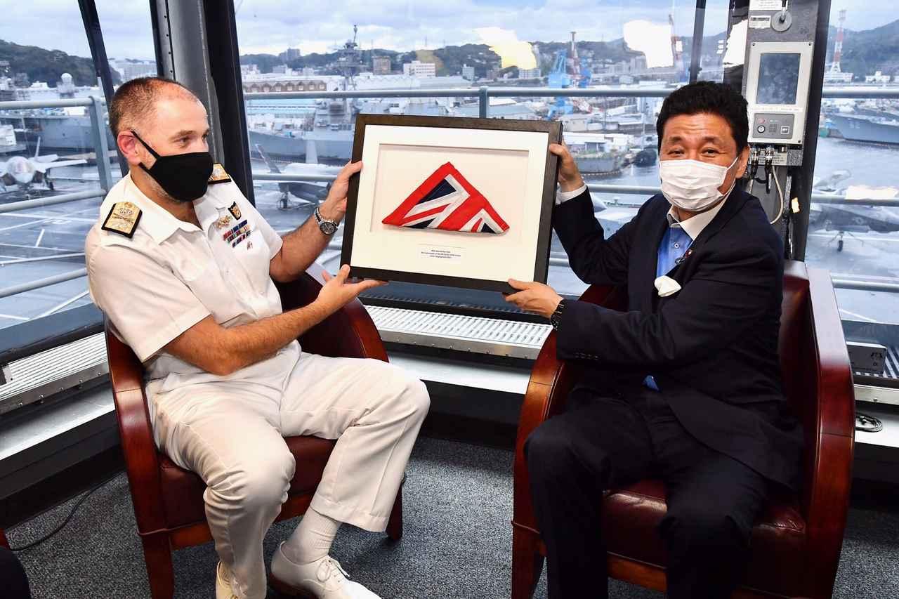 画像1: 岸大臣、山崎統幕長、山村海幕長が英空母を視察