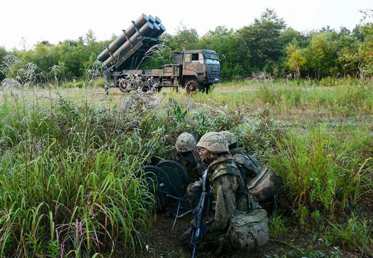 画像: 射撃準備を完了した射撃班と発射機