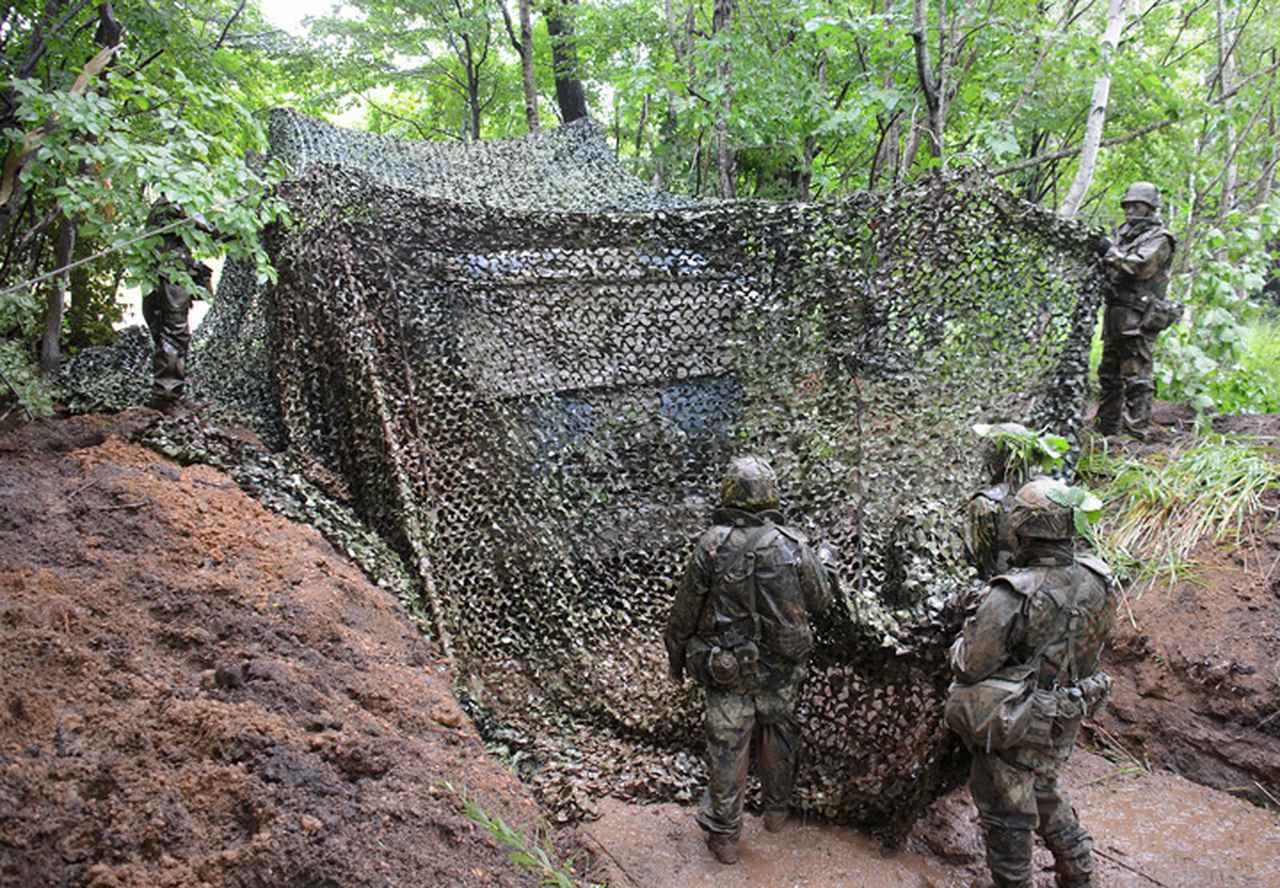 画像: 発射機壕において偽装を行う射撃小隊
