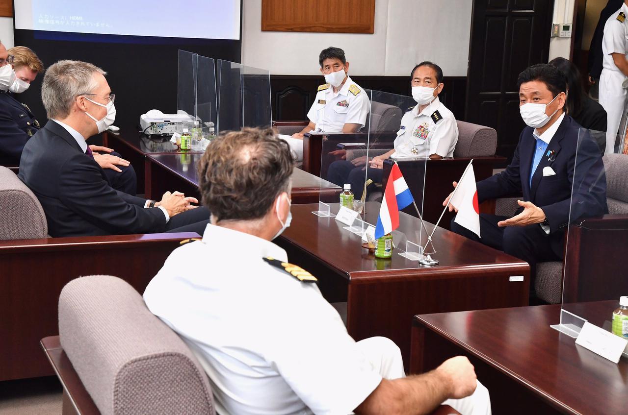 画像3: 岸大臣、山崎統幕長、山村海幕長が英空母を視察