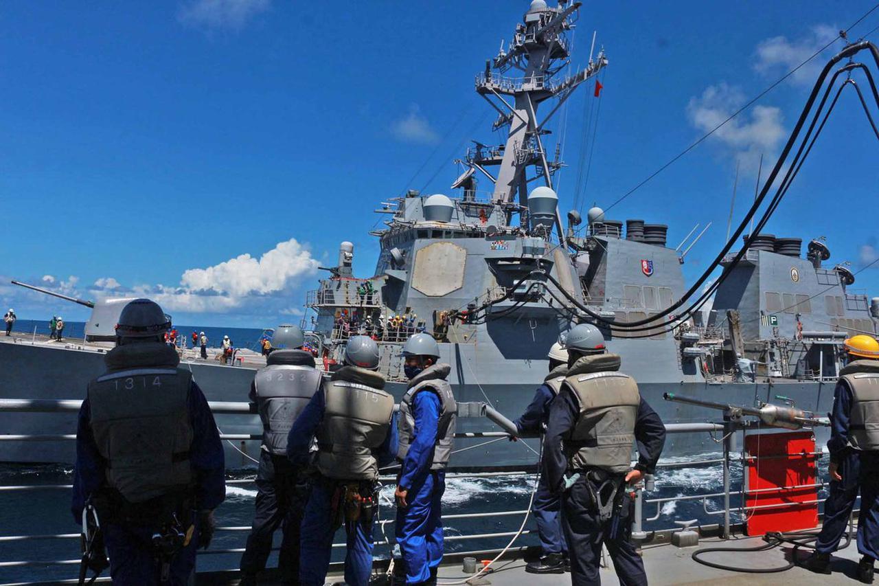 画像1: 海自が米駆逐艦「バリー」と洋上補給訓練