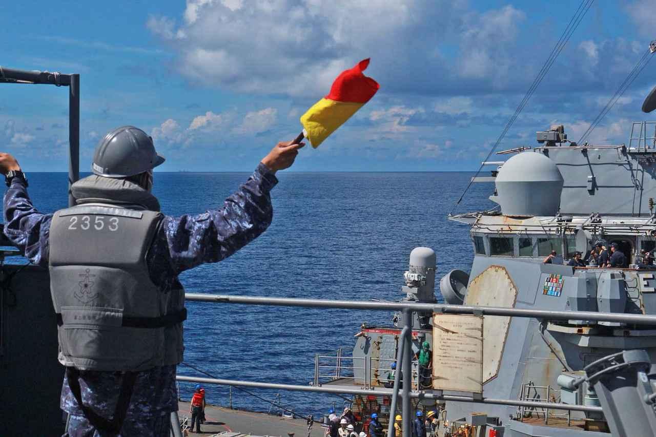 画像2: 海自が米駆逐艦「バリー」と洋上補給訓練