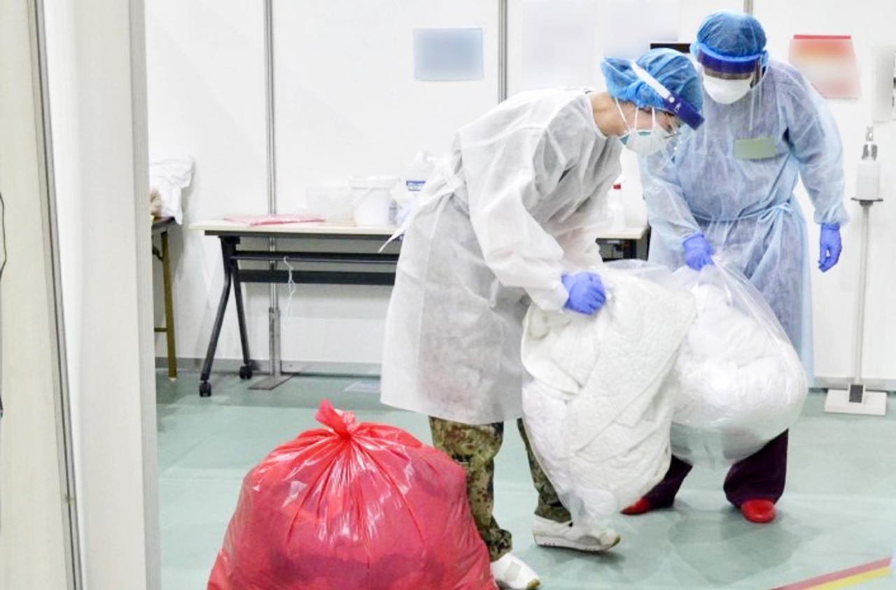 画像: 医療ごみを処理する隊員