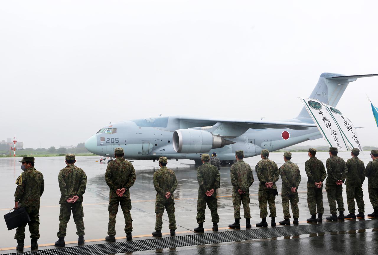 画像: 帰国したC2を出迎える陸自隊員