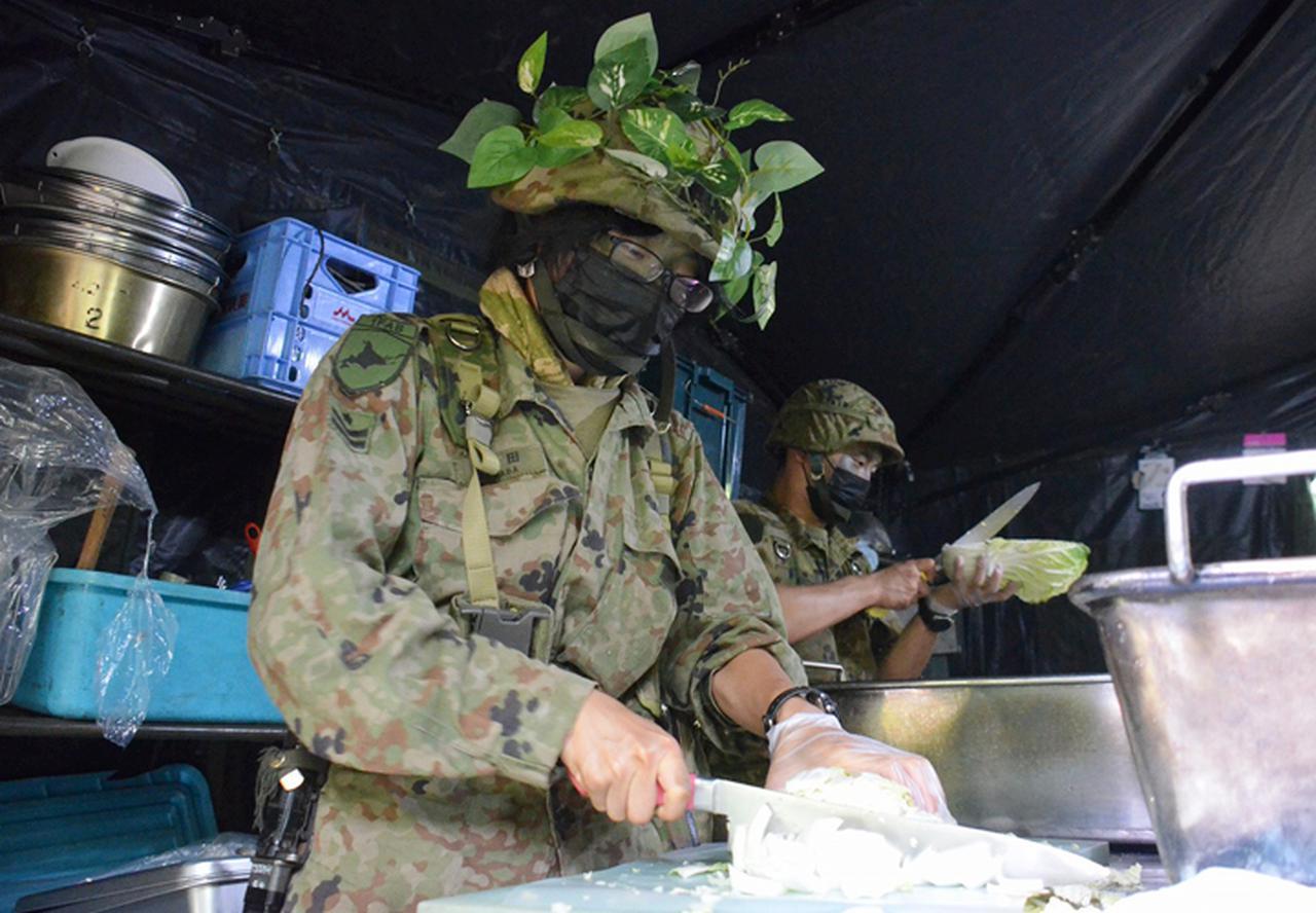 画像: 戦力の源、食事を調理する管理小隊炊事班