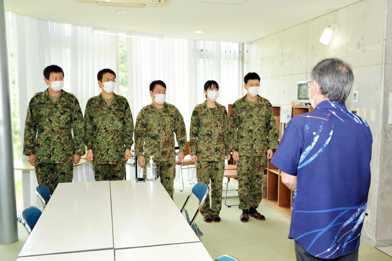 画像: 沖縄県知事(右)より感謝の言葉を受ける派遣隊員たち 陸自15旅団ツイッターより twitter.com