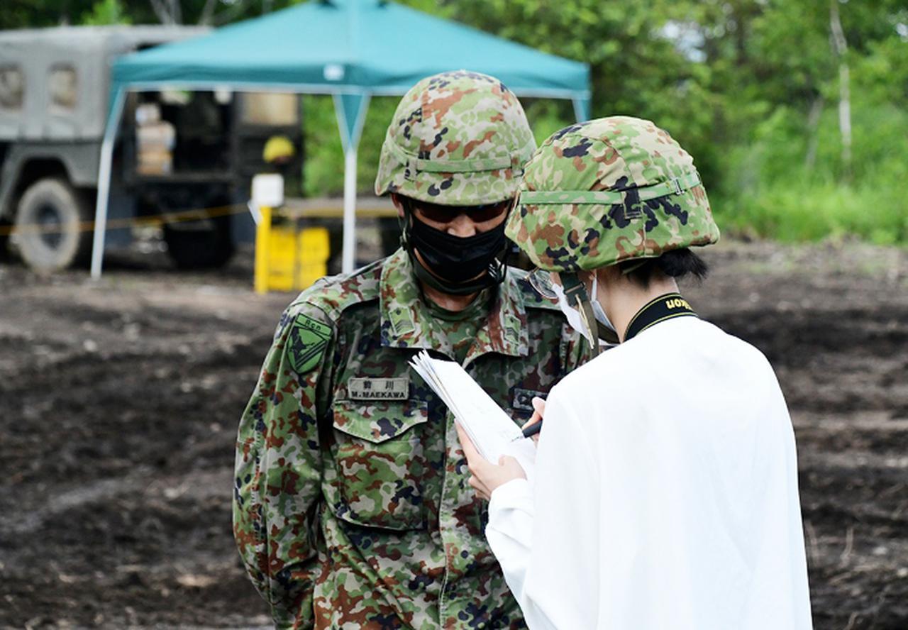 画像: 取材を受ける分隊長