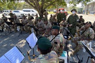 画像1: 陸自中央音楽隊がパプアニューギニア軍楽隊を指導