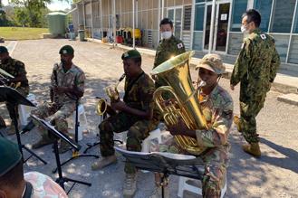 画像2: 陸自中央音楽隊がパプアニューギニア軍楽隊を指導