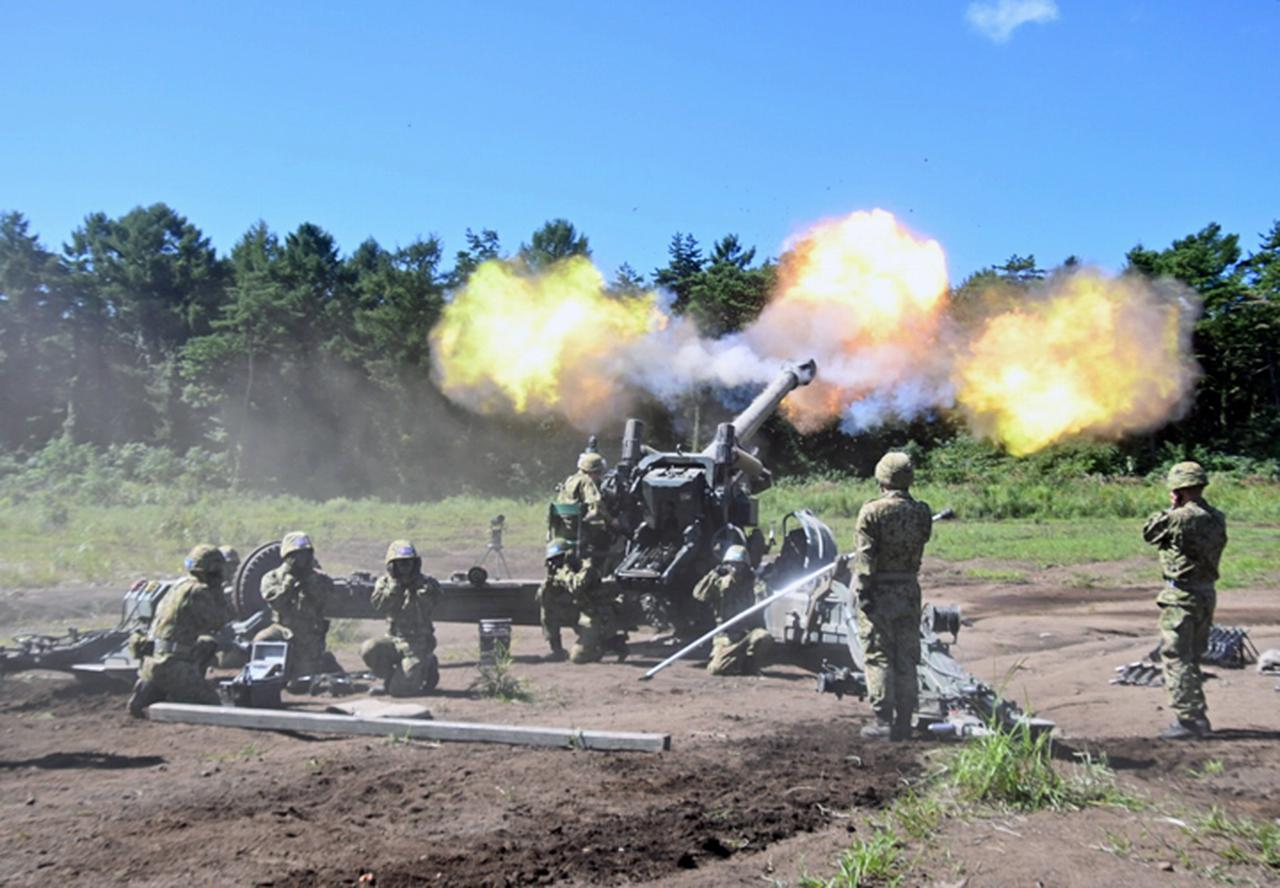 画像: 新隊員による空砲射撃