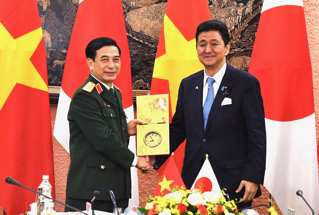 画像: ベトナムのザン国防大臣(左)と