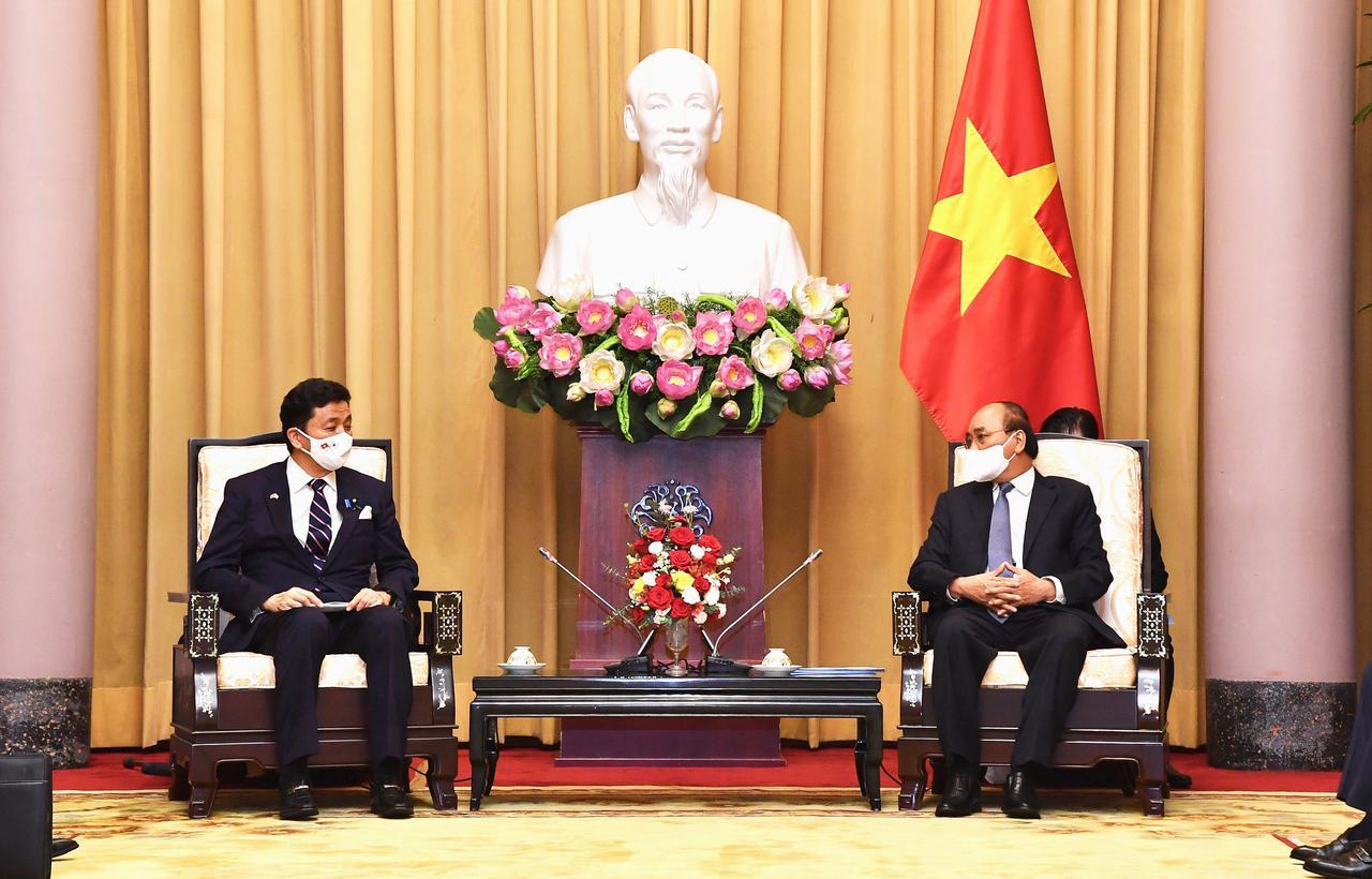 画像: フック国家主席(右)を表敬