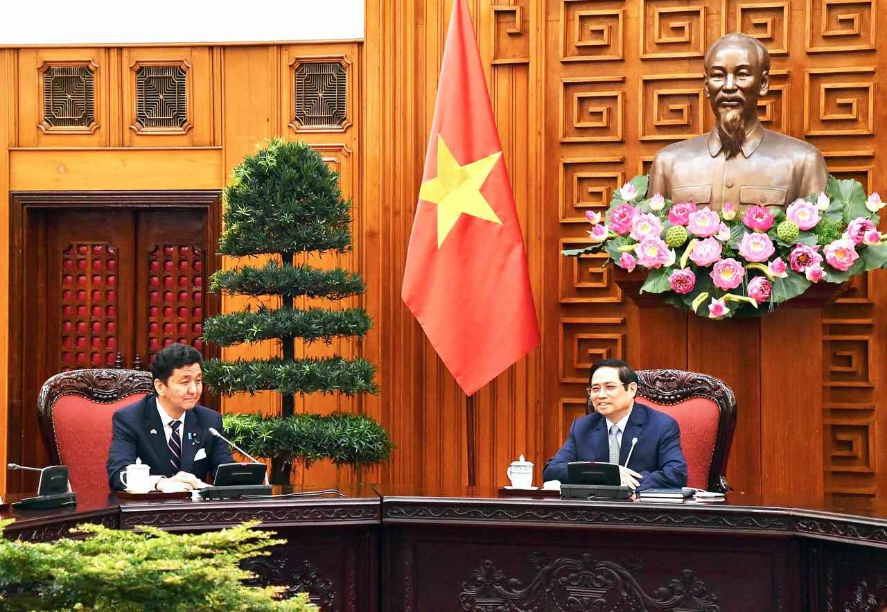 画像: チン首相(右)と会談する岸防衛相