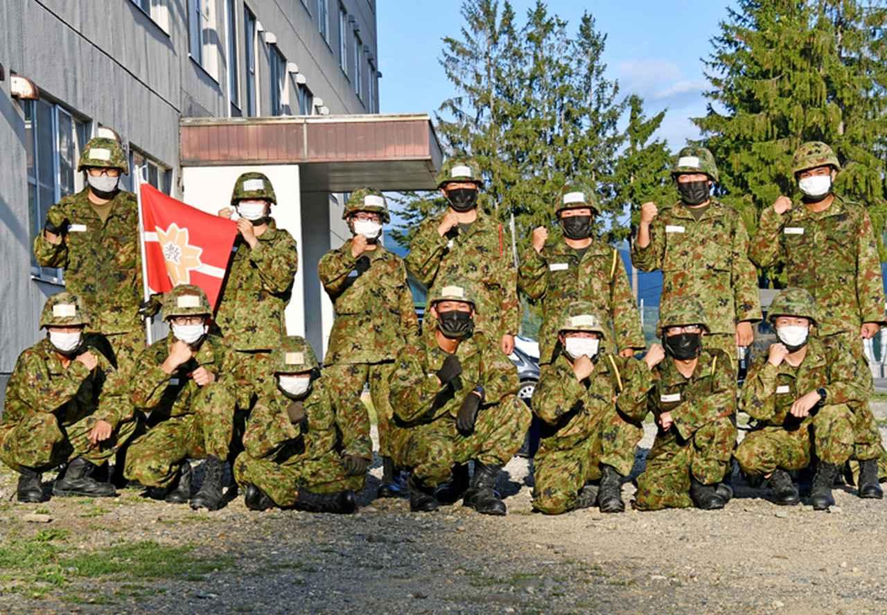 画像: 仲間とともに完歩した新隊員達