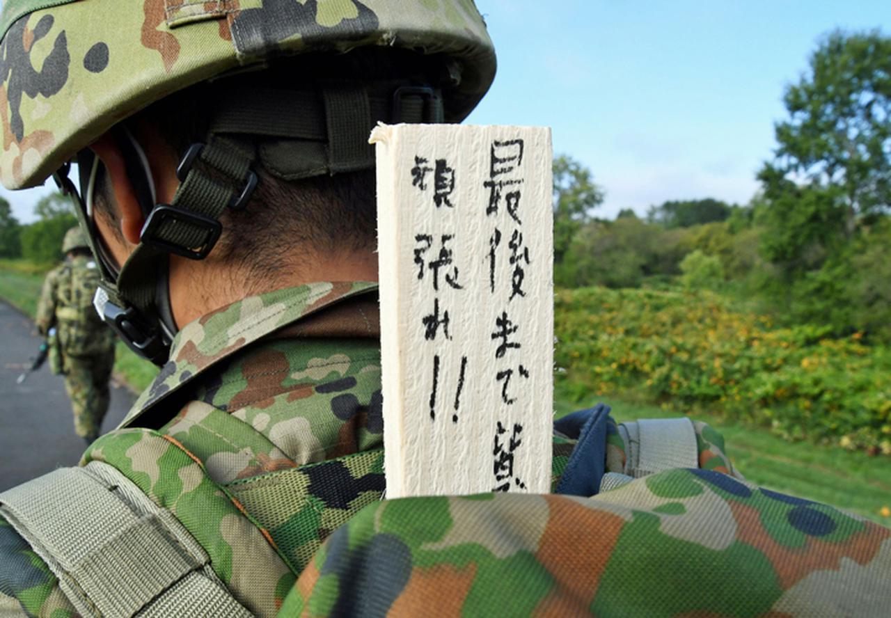 画像: 新隊員激励のため応援メッセージを掲げる班長