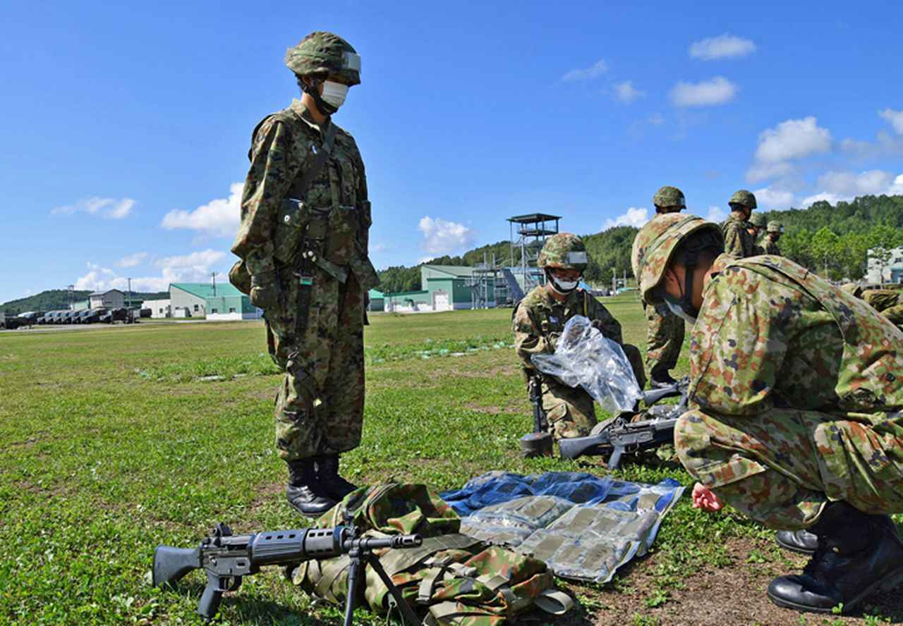 画像: 隊容検査を受検する新隊員(女性隊員)