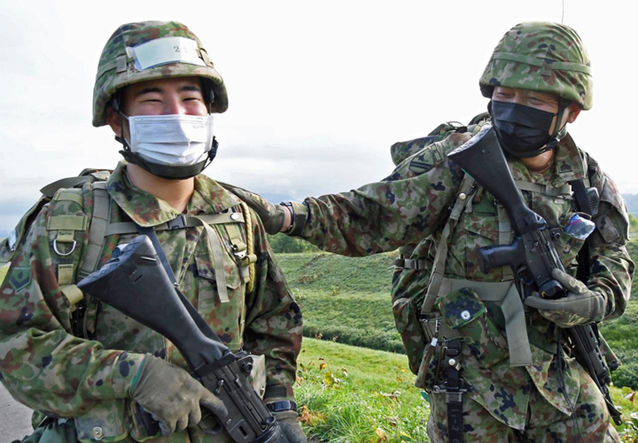 画像: 区隊長に激励され笑顔を見せる新隊員