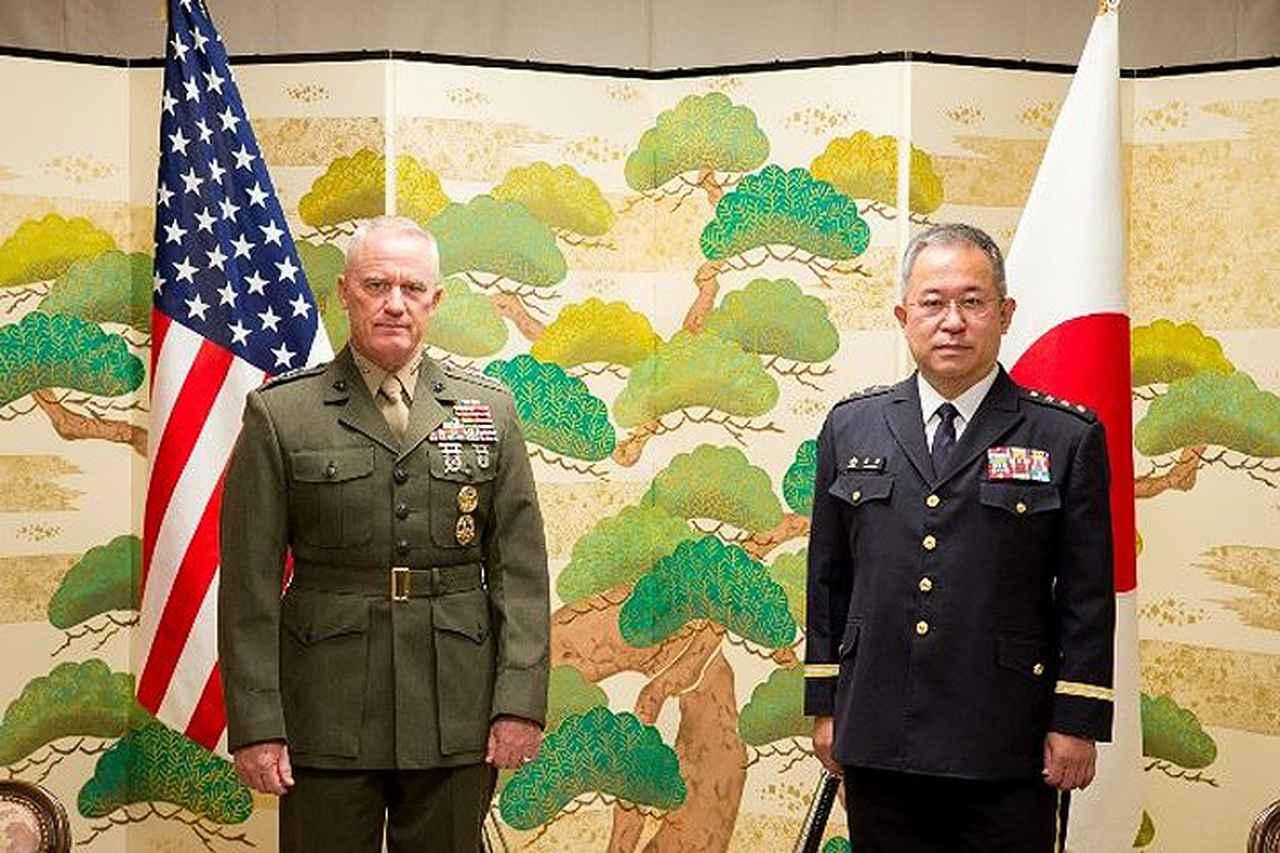 画像: 吉田陸幕長(右)とクラーディ中将 陸上自衛隊ツイッターより
