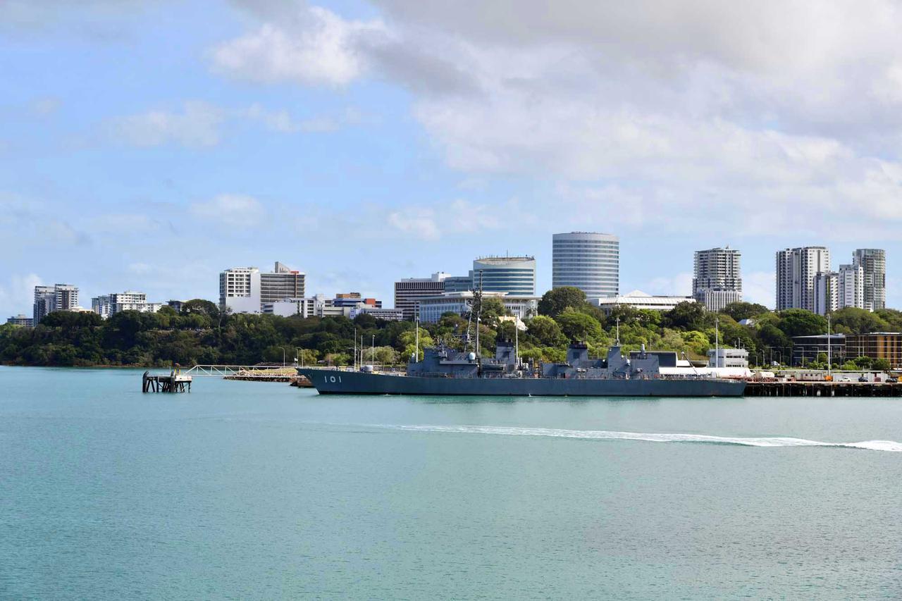 画像: 豪州のダーウィン港に寄港する海自艦艇
