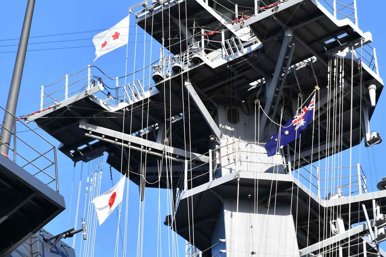 画像: 日豪両国の国旗を掲げる艦艇 海上自衛隊ツイッターより