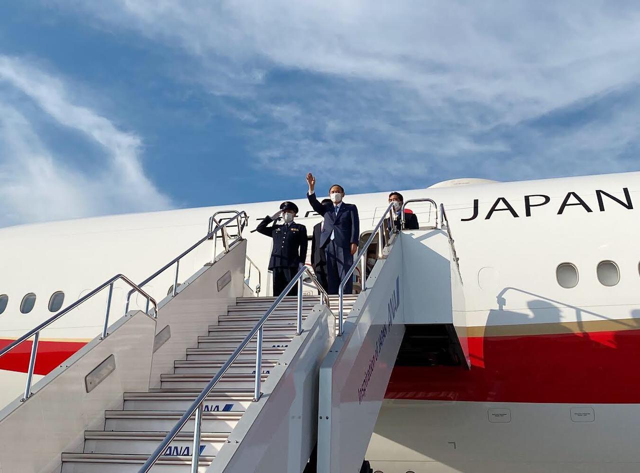 画像: 政府専用機から手を振る菅首相 首相官邸ツイッターより
