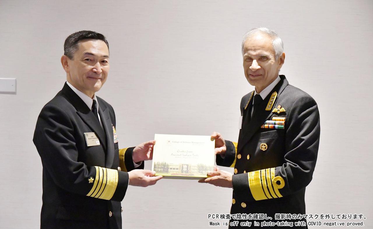 画像: インド海軍参謀長 シン大将との懇談 海上自衛隊ツイッターより