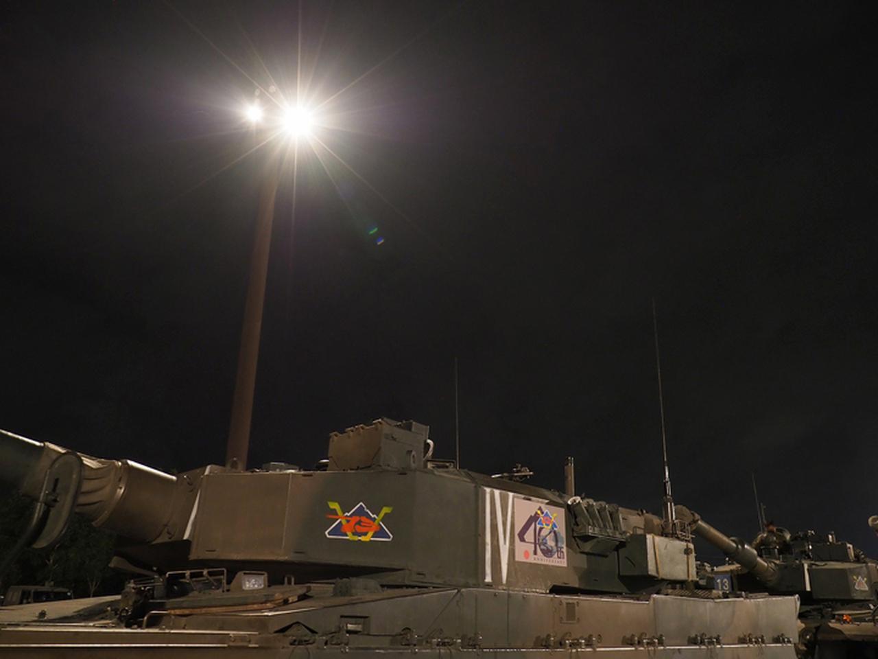 画像: 40周年マークを付けた90式戦車