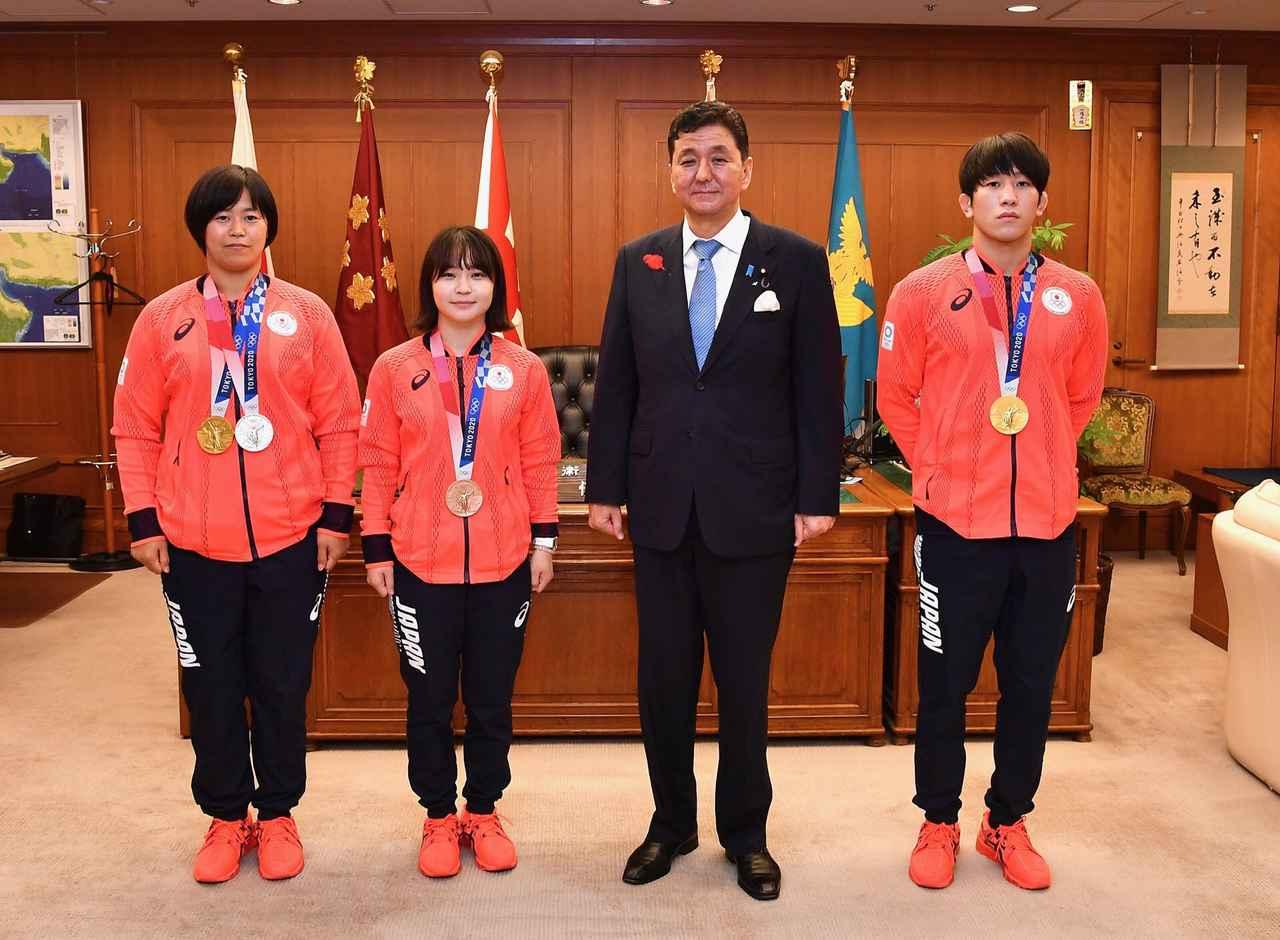 画像: 左から濱田1尉、並木3曹、岸防衛相、乙黒2曹