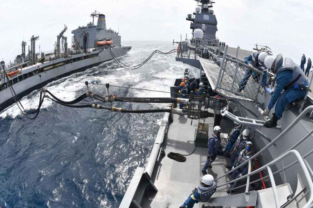 画像: 左から「ユーコン」、「かが」 海上自衛隊自衛艦隊ツイッターより