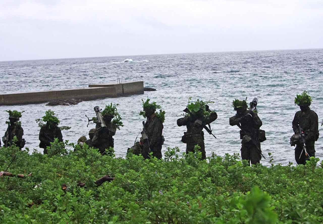 画像: 総合訓練(海岸線を攻撃前進)