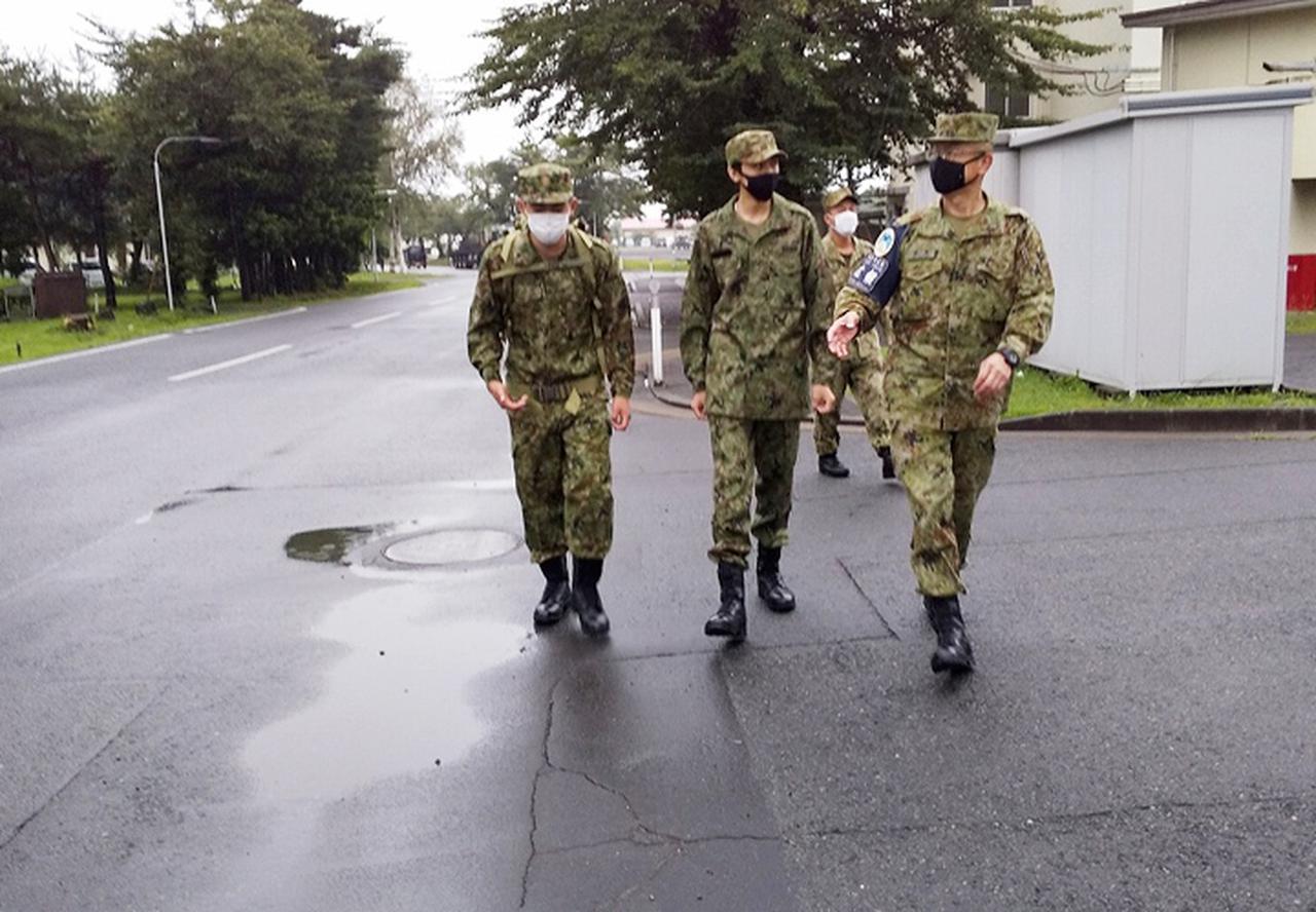 画像: 行進訓練体験中の生徒達