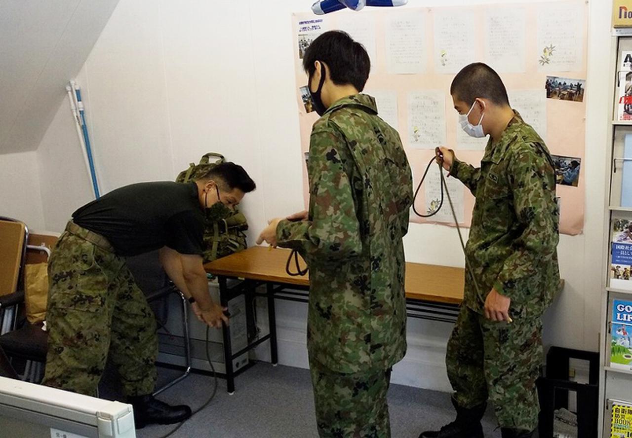 画像: ロープワークの実習をする生徒達
