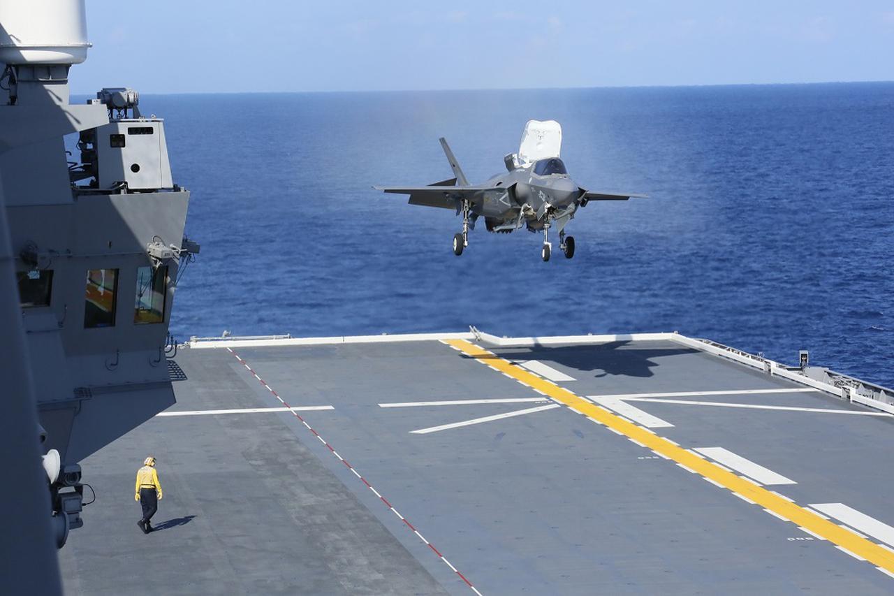 画像: 「いずも」への垂直着艦を検証する米海兵隊のF35B戦闘機