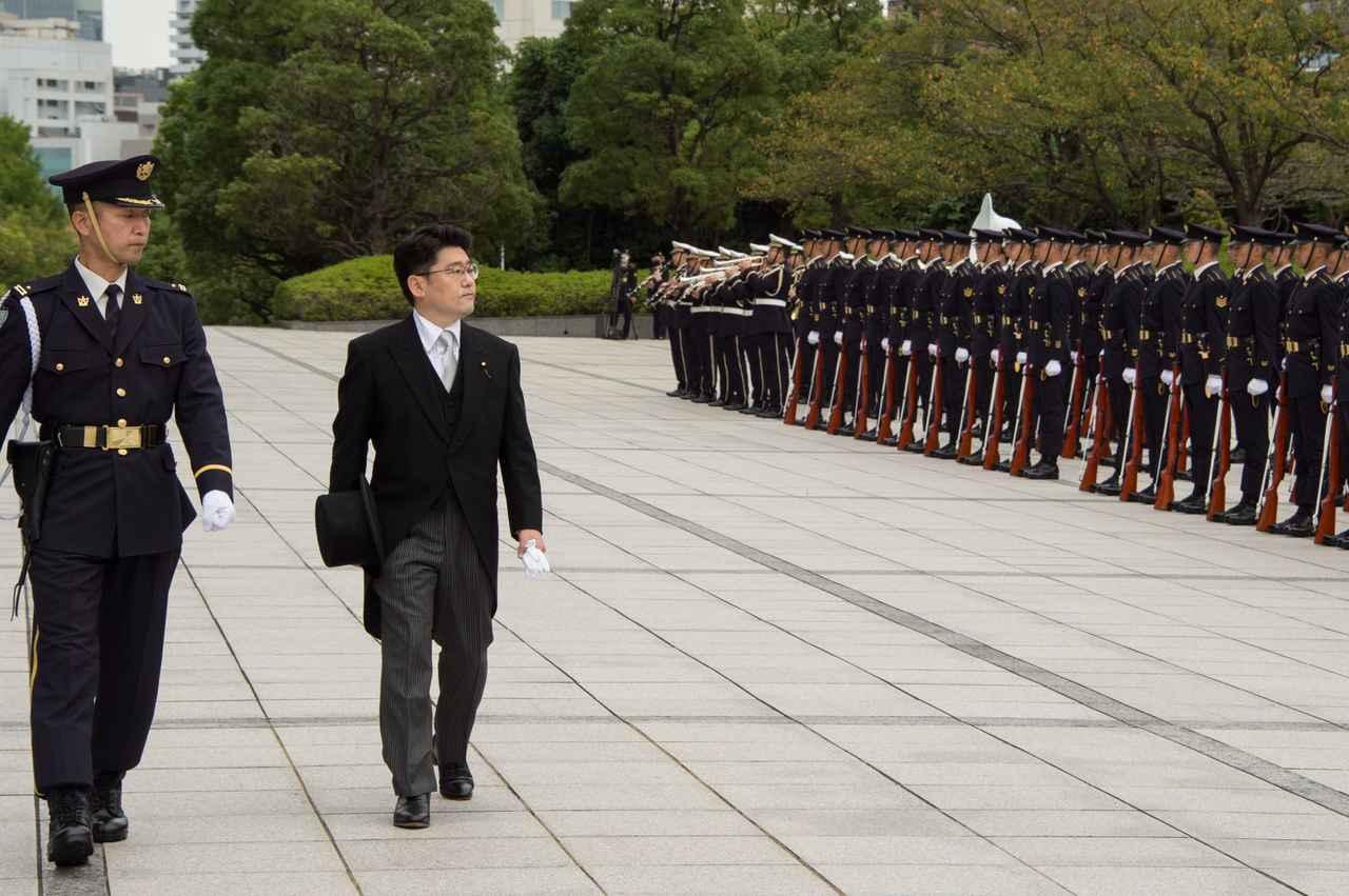 画像: 防衛省に初登庁し、栄誉礼を受ける鬼木誠防衛副大臣